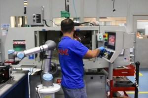 How to choose between collaborative and traditional industrial robots article image